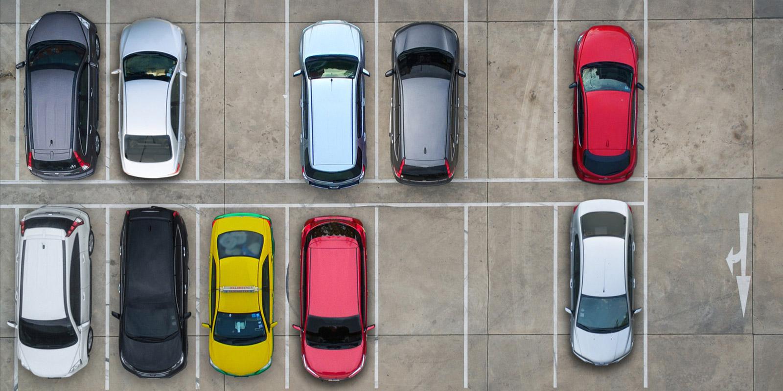Odřený lak, promáčklá SPZ. Parkování u obchodních domů je strašákem mnoha řidičů